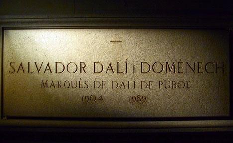 Den 1,5 tunga stenen som täcker Dalis grav ska lyftas för att möjliggöra DNA-prov av Dalís kvarlevor.