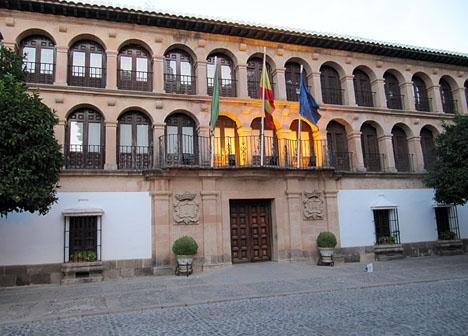 Kommunledningen i Ronda har hållit en tyst minut, i väntan på att deras tre omkomna medborgare hemförlovas.