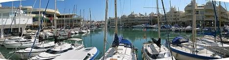 Den drabbade fastigheten i Puerto Marina uppges ha fått omfattande rökskador.