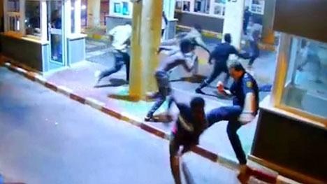 I videon syns tydligt hur en av gränsvakterna bryter benet när han försöker fälla en nordafrikan.