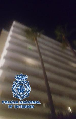 En nationalpolis på semester ertappade förövarna och filmade laserstrålen från deras hotellbalkong. Foto: Policía Nacional