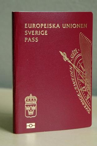 Den som önskar förnya sitt svenska pass i Spanien måste resa till ambassaden i Madrid och betala 150 euro.