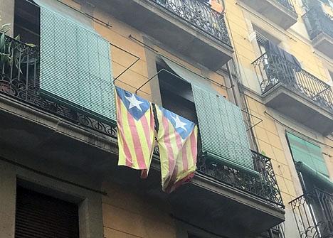 Katalanska självständighetsflaggor på en balkong i Barcelona.