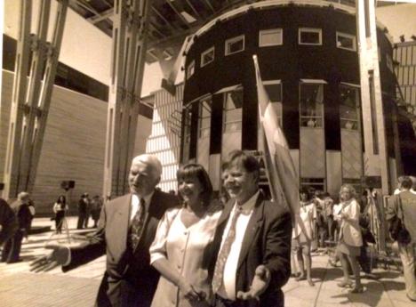 De två rollfigurerna i denna sanna men hittills hemliga historia. Hasse Alfredson till vänster och Pelle Johansson till höger, framför den svenska paviljongen vid världsutställningen i Sevilla 1992. Foto: Sydkustens arkiv