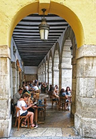 VATTENHÅL. Baren Els Porxets under de antika valven är ett populärt ställe för en birra.  Foto: David Pineda Svenske