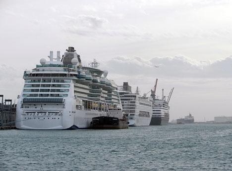 Omkring 4 000 rikspoliser är inhysta i tre kryssningsfartyg som hyrts in av inrikesdepartementet och som ligger förtöjda i Barcelonas hamn. ARKIVBILD