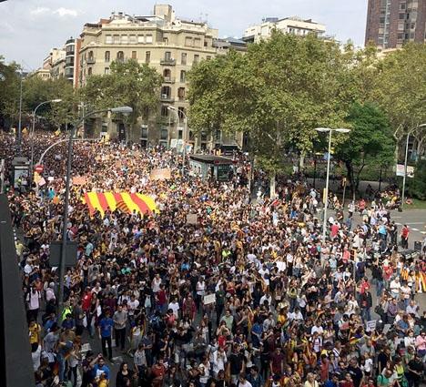 En majoritet av katalanerna uppges ha anslutit sig till generalstrejken 3 oktober och tiotusentals marscherade även på Barcelonas gator. Foto: Petra S.G