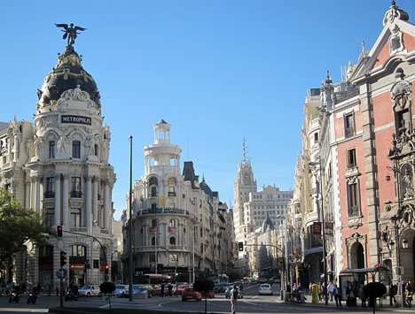 Gran Vía sträcker sig från Plaza de España till Calle Alcalá (bilden).