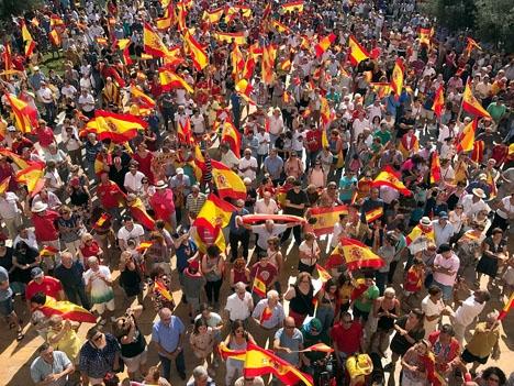 Hundratusentals människor demonstrerade i helgen runt hela Spanien för landets enighet Bilden är från Plaza de España i Fuengirola. Foto: Ayto de Fuengirola