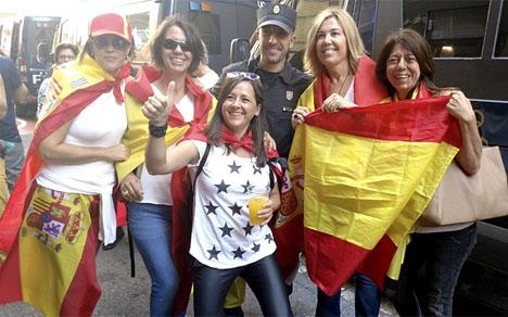 Motdemonstranterna för Spaniens enighet har bland annat visat sitt stöd för den hårt kritiserade rikspolisen. Foto: Policía Nacional