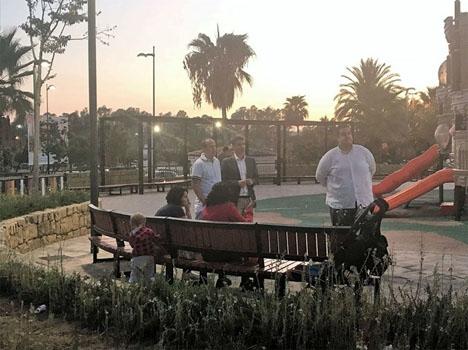 PSOE-ledaren José Bernal har besökt La Campana, där oron är stor efter att minst 20 hundar förgiftats. Foto: Facebook