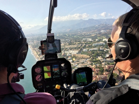 En tur över Costa del Sol i helikopter erbjuder utsökta möjligheter att beskåda området och ta flygbilder. Roger Gudmundsäter är pilot sedan 17 år och övertygad om att det finns en marknad för flygtaxi på kusten.