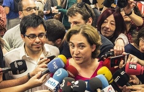 Borgmästaren i Barcelona Ada Colau stöder sig på partimedlemmarna för att bryta koalitionen med socialisterna.