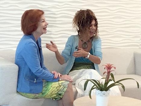 Karin Ehnbom-Palmquist (t.v.) under inspelningen av intervjun, med programledaren Nicole King
