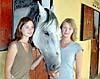 Hästskötarna Matilda Lipponen och Sandra Wikström gör sex månaders praktik på La Hoppla: