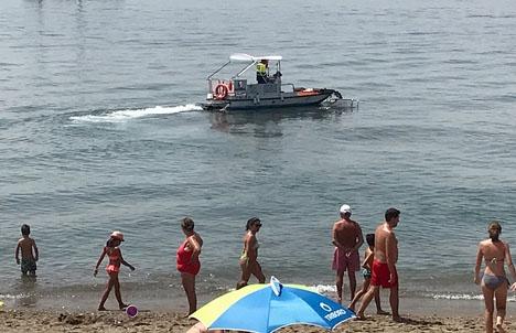 De flesta kustkommuner bekostar varje sommar särskilda båtar, så kallade