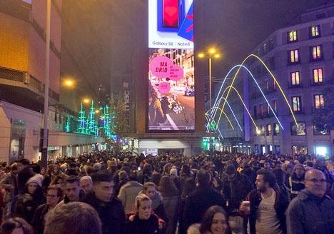 Enkelriktningen tillämpas tidvis vid de två stora shoppinggatorna Preciados och El Carmen, som båda sammanbinder Plaza de Callao och Puerta del Sol.