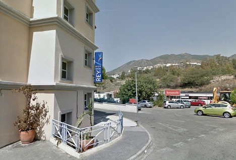 Hotellet ligger intill tågstationen i Torremuelle. Foto: Google Maps