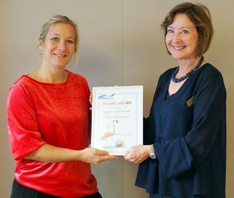 SWEA Marbellas ordförande Eva Roman (till höger) överräcker donationsbeviset till rektorn på Svenska skolan i Marbella Denise Jiménez Norrestad.