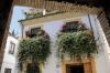 Det tävlas inte bara i vackra patios utan även i balkongutsmyckningar. Denna har vunnit pris tidigare.