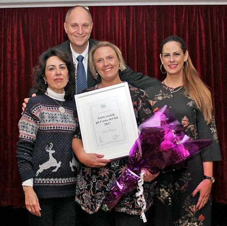 Årets pristagare Dessi Rogner (mitten) med tidigare Årets svenskor Elvira Herrador och Sofia Martínez, samt Sydkustens chefredaktör Mats Björkman, som överräckte priset.