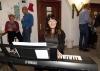 Svenska kyrkans musiker Annika Olsson underhöll både under och mellan akterna. Foto: Paco Esteban