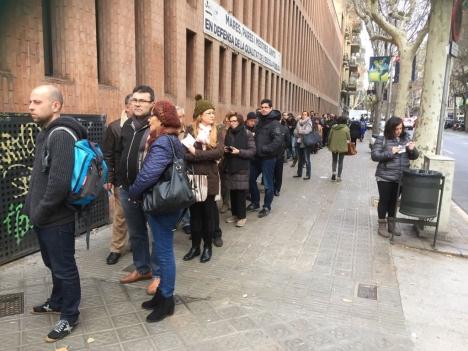 Valet i Katalonien gemomfördes utan några som helst incidenter. Valdeltagandet var rekorsdstort med långa köer utanför vallokalerna. Foto: Petra S.G.