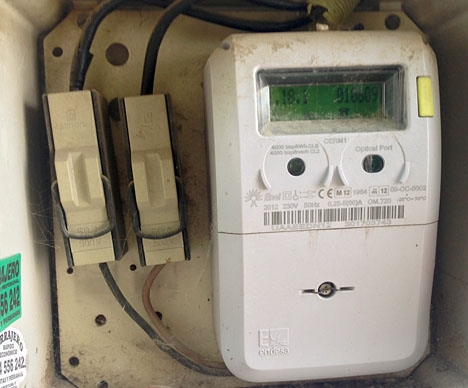 Regeringen ålägger elbolagen genom dekret att sänka något sin fasta hyra för elmätarna.