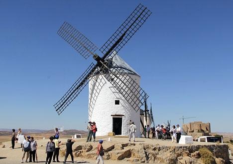 Turister vid Consuegra, i Castilla-La Mancha.