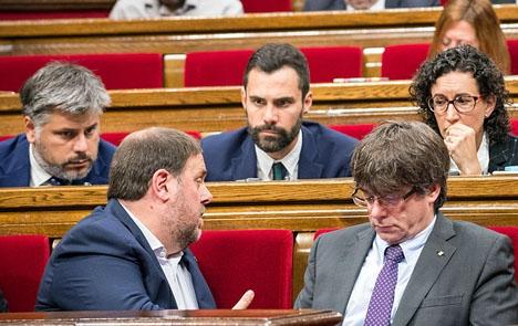 Roger Torrent (mitten) från ERC har valts till ny talman i det katalanska regionalparlamentet. Foto: Sandra Lázaro - eldiario.es/Wikimedia Commons