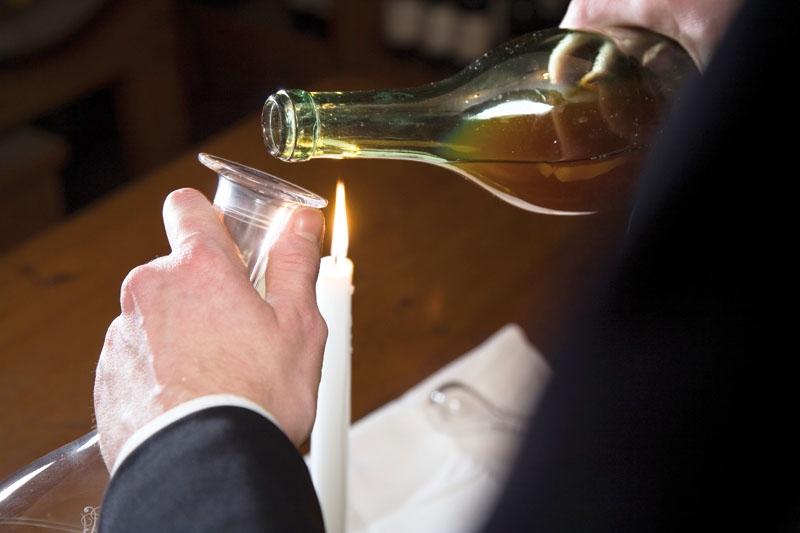 De flesta viner mår bra av att luftas, men dekanteringen behöver ej vara så krånglig och särskilt äldre viner bör behandlas varsamt.