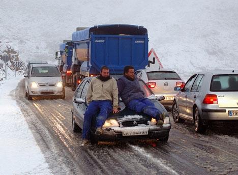 Dussintals vägar i norra och mellersta Spanien är avstängda och snöovädret väntas ej avta förrän på onsdag. ARKIVBILD