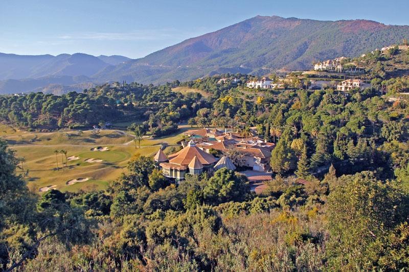 La Zagaleta ligger i Benahavís och ingen av de nuvarande 240 villorna kostar under fem miljoner euro. Ytterligare 200 är projekterade i området, som omfattar 900 hektar. I horisonten skymtas Rondavägen.