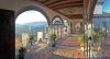 Paret Rises hus ligger på en kulle och formligen badar i ljus. Utsikten västerut omfattar Medelhavet, Gibraltar, Afrika och solen går ned över Esteponaberget Sierra Bermeja.