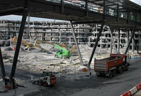 Parkeringshuset vid Barajas totalförstördes av explosionen och två personer dödades.