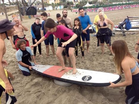 Surfskolan startade förra sommaren och har blivit så populär att barnen och ungdomarna fortsatt under hösten och vintern. De flesta har skaffat egna våtdräkkter och samlas varje helg vid stranden i Cabopino (Marbella).
