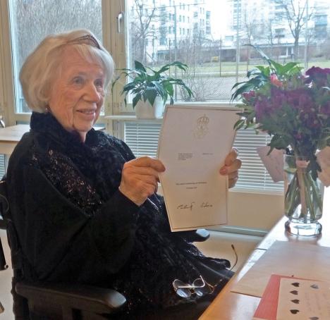 Ulla av Geijerstam med sitt gratulationsbrev från kungen. Foto: Björn af Geijerstam