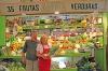 Juan López och Agneta Gunnarsson driver den enda kvarvarande frukt- och grönsakskiosken i saluhallen. ARKIVBILD