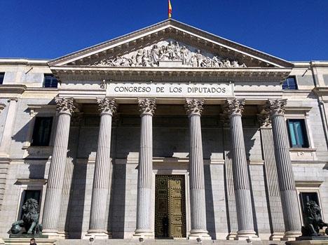 I Madrid omringade demonstranterna parlamentet Congreso de los Diputados.