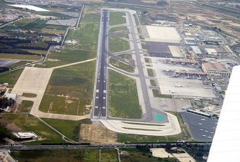 Vindar på upp till 25 sekundmeter har satt piloterna på prov vid start och landning på Málaga flygplats. Foto: Arkiv