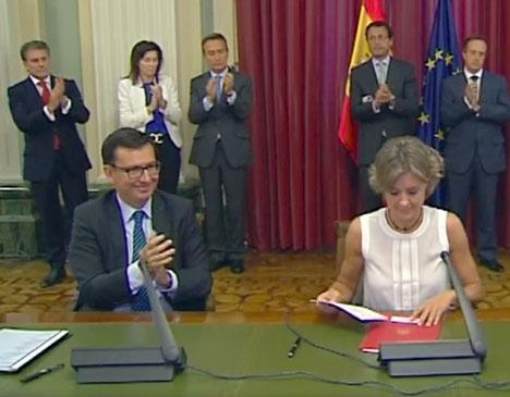 Román Escolano, till vänster, bredvid jordbruksministern Isabel García Tejerina. Foto: MAPAMA/Wikimedia Commons