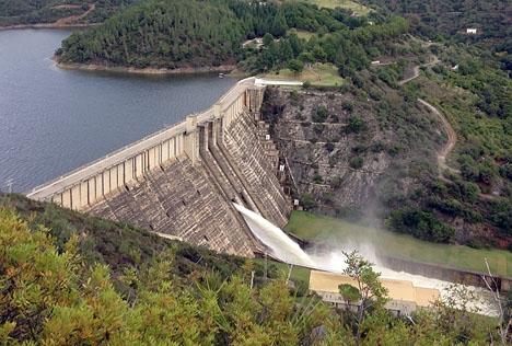 Dammluckorna vd Marbellas vattenreservoar La Concepción fick i helgen öppnas, av förebyggande skäl.