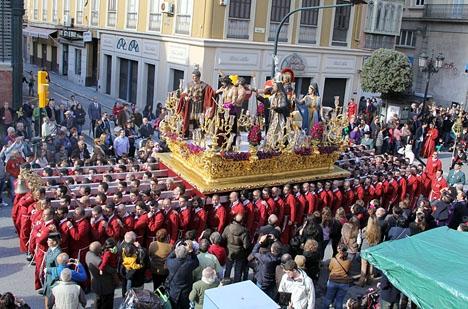 En av tronerna som bärs i Málaga stad under Palmsöndagen.