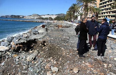 Kommunala representanter inspekterar de senaste skadorna på strandpromenaden. Foto: Ayto de Almuñécar