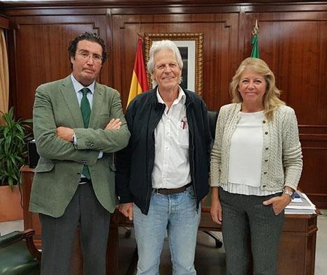 Borgmästaren Ángeles Muñoz, till höger, med ordföranden för Triple A Jan Weima i mitten och Marbellas hälsovårdsråd Carlos Alcalá till vänster. Foto: Ayto de Marbella