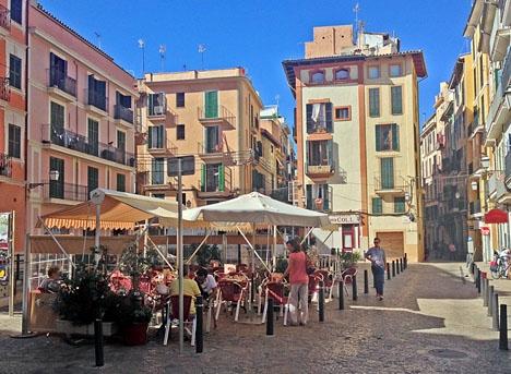 Myndigheterna på Balearerna sätter hårt mot hot gentemot de portaler som lanserar olagliga semesterbostäder. Bilden är från Palma stad.