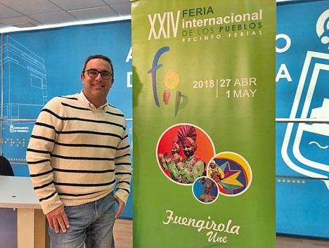 Fuengirolas turist- och evenemangsråd Rodrigo Romero med årets affisch. Foto: Ayto de Fuengirola.