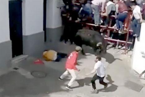 Mannen i gul tröja blev stångad i ena lungan och avled senare på sjukhus.