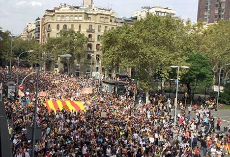 Det var inte bara katalanska separatister som demonstrerade mot det spanska rättsväsendets agerande. Foto: Petra S.G