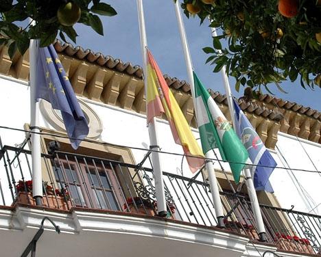 Flaggor på halv stång efter ett av ETA:s otaliga attentat.